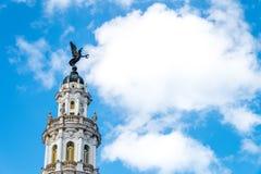 Ängelstaty upptill av historisk byggnad i la Havana Cuba Arkivfoto