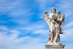 Ängelstaty vid Bernini längs den Sant 'Angelo bron i Rome fotografering för bildbyråer