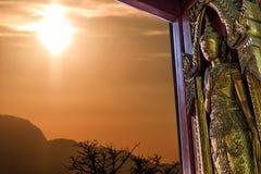 Ängelträ som snidas på tempeldörr Arkivfoton