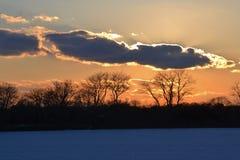 Ängelvingar i solnedgångljusvintern royaltyfri bild