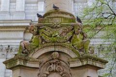Änglar av en springbrunn i helgonet Paul Cathedral Churchyard arkivfoton