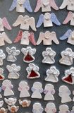 Änglar med garneringar för vinterferier på traditionell årlig jul marknadsför i Zagreb Arkivbilder