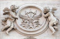 Änglar med symboler av martyrskap Arkivbild