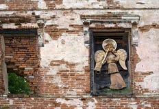 Änglar med trumpetgarnering på den gamla byggnaden fotografering för bildbyråer