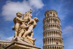 Änglar och det berömda lutande tornet i Pisa Fotografering för Bildbyråer