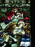 Änglar och romersk soldat på målat glassfönster arkivfoton