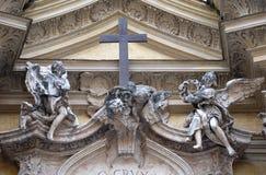 Änglar på fasad av Santa Maria Maddalena Church i Rome Arkivbild
