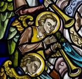 Änglar som gör musik i målat glass royaltyfria foton