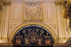 Änglar som rymmer en sköld i moskékyrkan av Cordoba, Spanien, Royaltyfria Bilder