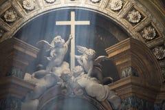 Änglar som rymmer korset Royaltyfri Foto