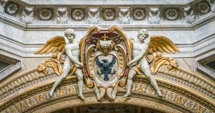 Änglar som stöttar en biskopvapensköld, i basilikan av Santa Maria del Popolo i Rome, Italien royaltyfri fotografi