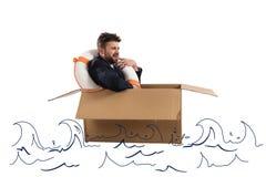 Ängstlichgeschäftsmann mit Pappe im Ozean Lizenzfreies Stockfoto