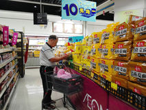 ÄONEN-Supermarkt 10 Yuan Tätigkeiten einer Warenförderung in Shenzhen Stockfoto