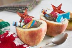 Äpfel angefüllt mit Schokolade. Würfelfrucht, in Ihnen r imprägnierend stockbild