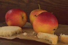Äpfel auf braunem Papier auf Holz Weinleseblick Stockfotografie