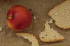 Äpfel auf braunem Papier auf Holz Weinleseblick Lizenzfreie Stockbilder