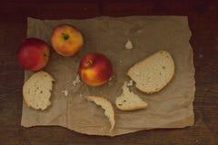 Äpfel auf braunem Papier auf Holz Weinleseblick Lizenzfreies Stockbild