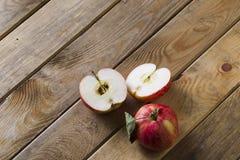 Äpfel auf dem Brett Stockfoto