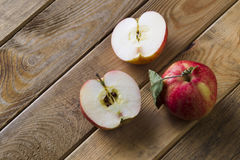 Äpfel auf dem Brett Lizenzfreies Stockbild