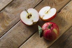 Äpfel auf dem Brett Lizenzfreie Stockbilder