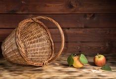 Äpfel auf dem Tisch mit einem Korb Stockbild