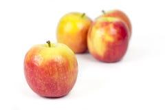 Äpfel auf dem weißen Hintergrund undeutlich Stockfotos