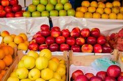 Äpfel auf dem Zähler im Markt Lizenzfreies Stockfoto