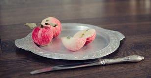 Äpfel auf der Platte Lizenzfreies Stockfoto