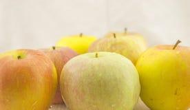 Äpfel auf der Tabelle Lizenzfreie Stockbilder