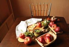 Äpfel auf der Tabelle Lizenzfreies Stockfoto