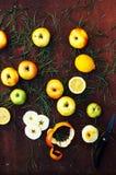 Äpfel auf einem dunklen hölzernen Hintergrund tonen Süße Äpfel auf hölzernem Stockfotos