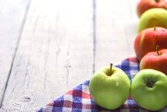 Äpfel auf einem hölzernen stockbild