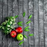 Äpfel auf einem hölzernen Hintergrund Lizenzfreie Stockfotos