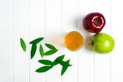 Äpfel auf einem hölzernen Hintergrund Stockbilder
