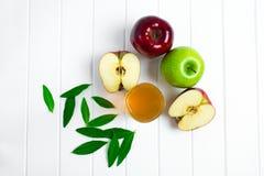 Äpfel auf einem hölzernen Hintergrund Lizenzfreie Stockbilder