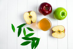 Äpfel auf einem hölzernen Hintergrund Stockbild
