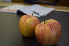 Äpfel auf einem Schreibtisch lizenzfreies stockbild