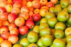 Äpfel auf einem Zähler des Shops Stockfoto