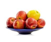 Äpfel auf einer blauen Mehrlagenplatte Lizenzfreie Stockfotografie