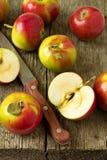 Äpfel auf einer hölzernen Tabelle Stockbild