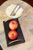 Äpfel auf einer Platte Lizenzfreie Stockbilder