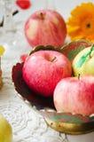 Äpfel auf einer Platte Lizenzfreies Stockfoto