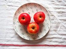 Äpfel auf einer Platte Stockfotos