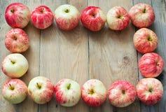 Äpfel auf hölzernem Hintergrund Lizenzfreie Stockfotos