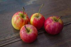 Äpfel auf hölzernem Hintergrund Lizenzfreies Stockfoto