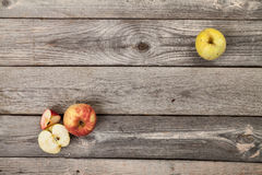 Äpfel auf hölzerner Tabelle Stockbilder