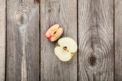 Äpfel auf hölzerner Tabelle Stockbild