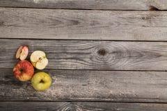 Äpfel auf hölzerner Tabelle Lizenzfreie Stockbilder