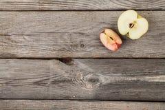 Äpfel auf hölzerner Tabelle Lizenzfreies Stockfoto