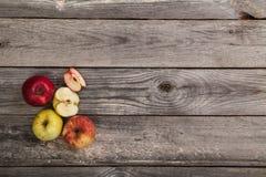 Äpfel auf hölzerner Tabelle Stockfoto